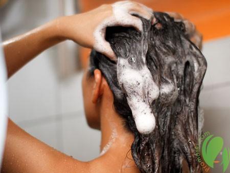 мытье волос с помощью дегтярного мыла
