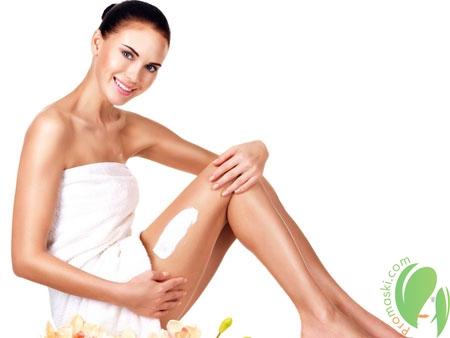 нанесение крема против растяжек на ногах