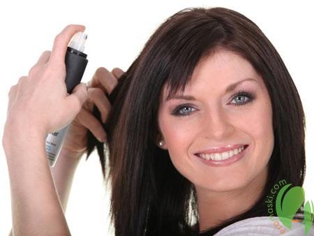 применение спрея для увлажнения волос