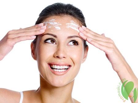 нанесение домашнего крема на лицо
