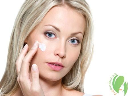 нанесение крема против пигментации на лице