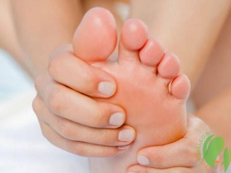 нанесение охлаждающего крема на ступни
