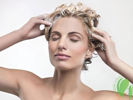 девушка моет волосы шампунем для жирной кожи головы