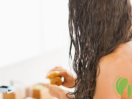 нанесение бальзама на волосы