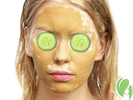 девушка с маской на лице и вокруг глаз