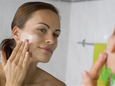 нанесение спермацетового крема на лицо