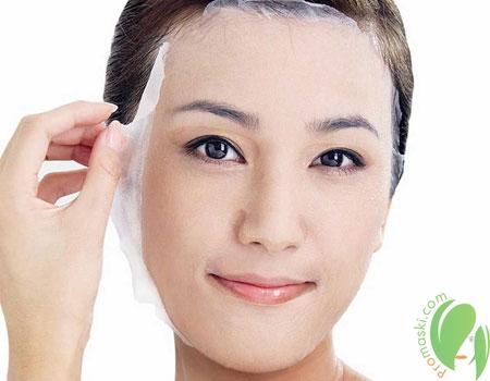 тканевая маска на лице у девушки