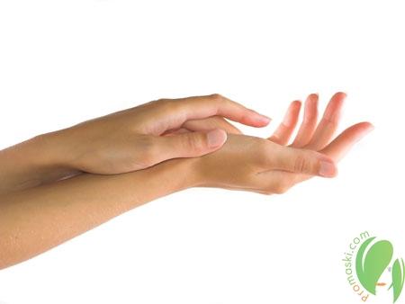 ухоженные руки девушки