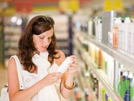 девушка читает упаковку масла для тела