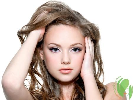 здоровые и длинные волосы у девушки