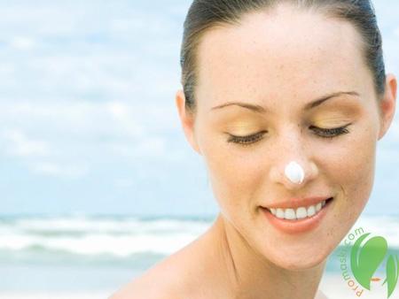 солнцезащитный крем на лице у девушки